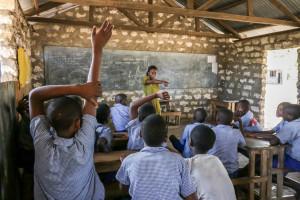 Undervisning på en skola nära Mida creek